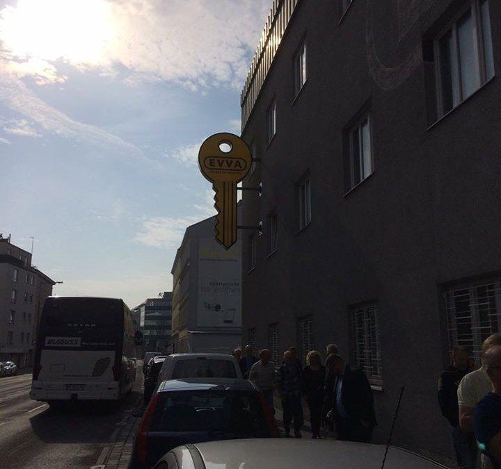 Robban är på besök hos EVVA i Wien. #norrskydd …
